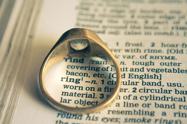 Jolie bague de fiançailles sur un livre