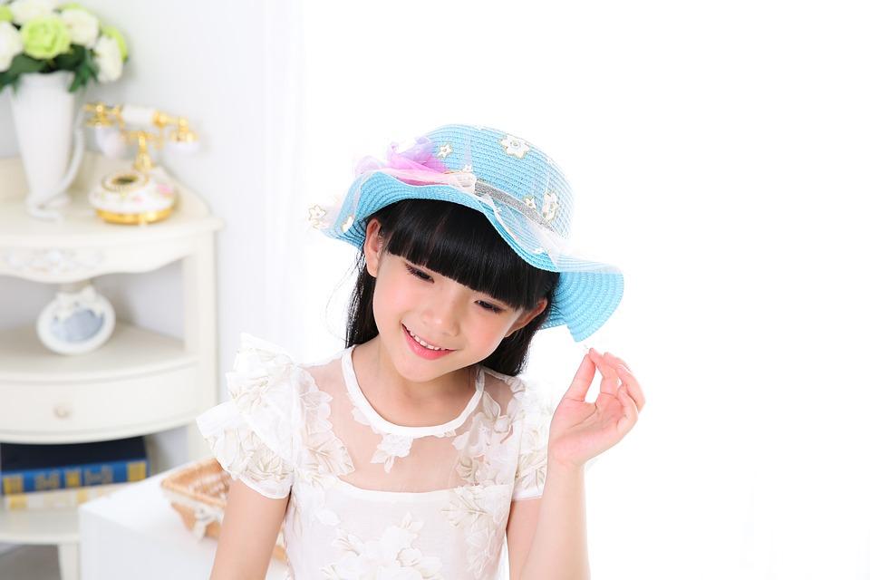 Fille à chapeau