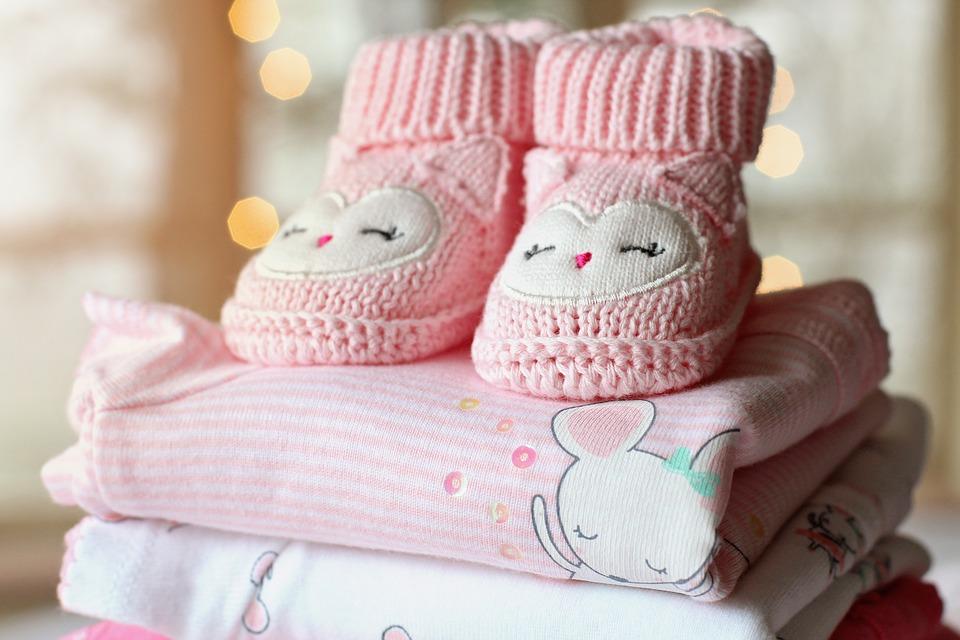 Photo de vêtements de bébé et pantoufle en pile