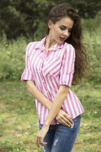 photo de femme en été avec un chemisier