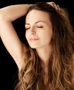 Traiter les soucis de cheveux gras
