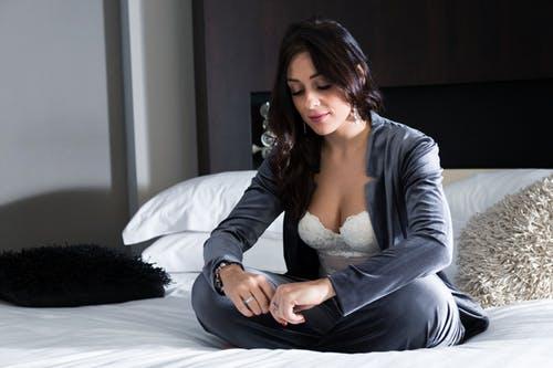 femme portant un soutien-gorge bandeau