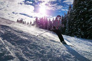 Femme descente de ski
